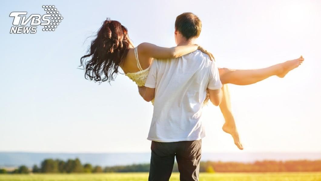示意圖/TVBS 沉重的愛!公主抱女友秒滑落 20歲男「喀擦」手臂斷了