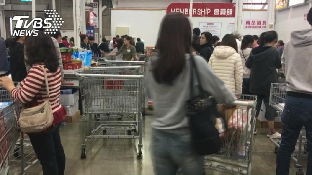 許多人去消費購物時,最後都要排隊結帳。(示意圖/TVBS) 清新正妹專心結帳…瞥見她胸前名牌 這「2字」讓人害羞