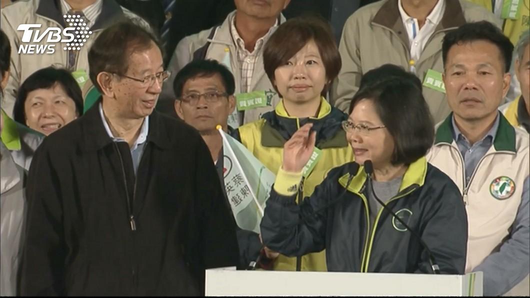 前中研院長李遠哲(左)、總統蔡英文(右)圖/TVBS資料畫面 李遠哲爆她把空污問題推給下一代 蔡英文喊冤:我沒有