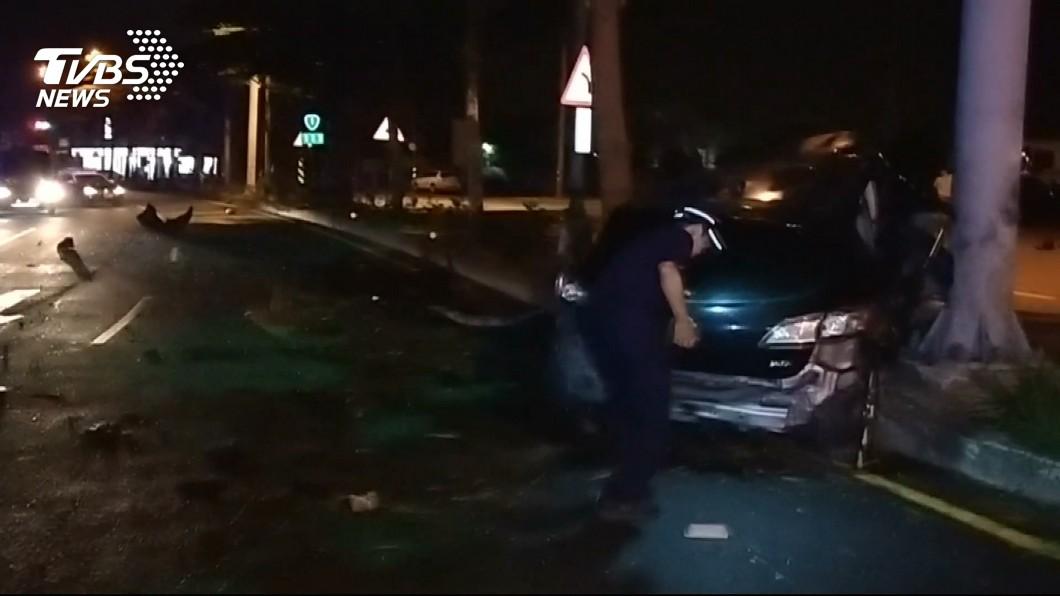 圖/TVBS 16歲少年無照開車 闖紅燈閃車撞噴引擎2傷