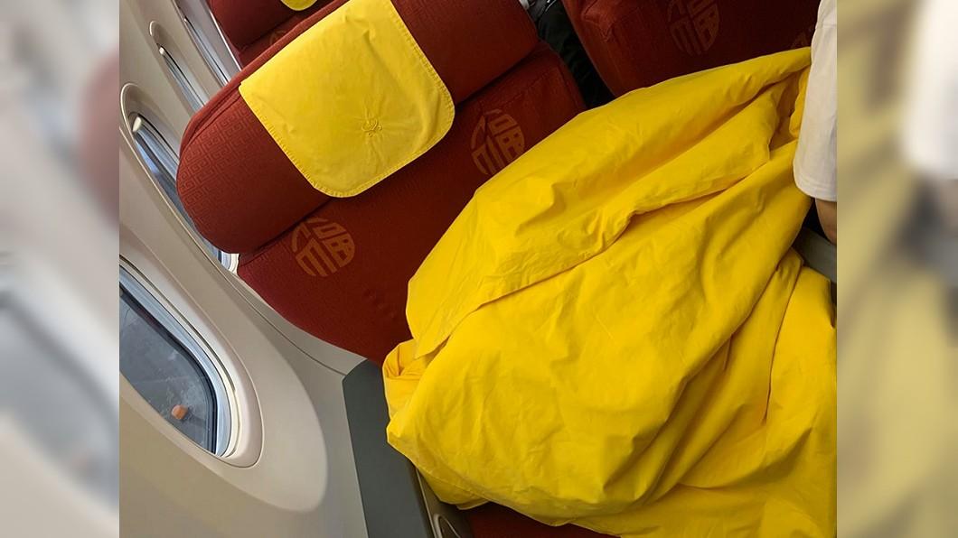 圖/翻攝爆料公社 這款配色!商務艙紅椅印福字還蓋黃被 她嚇:要推去燒了