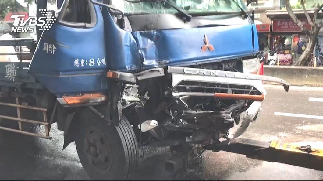 圖/TVBS 貨車追撞公車!女乘客摔落地 滾一圈