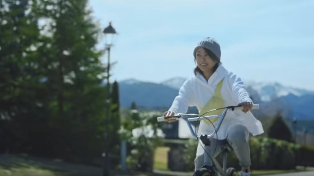 宇多田光在廣告騎腳踏車。圖/翻攝自YouTube