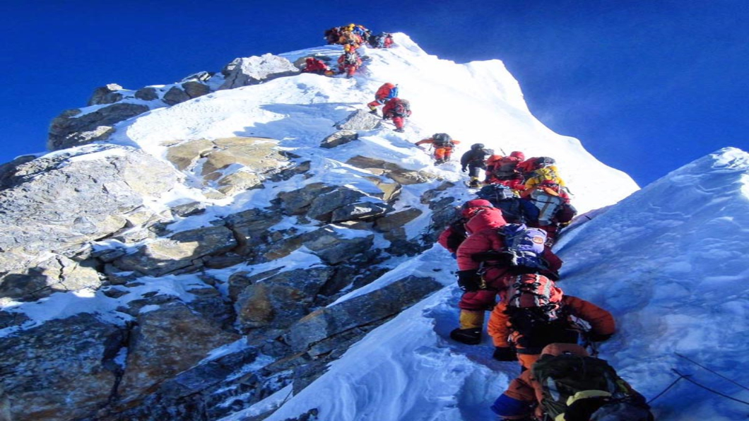 圖/翻攝自The Himalayan Times臉書 聖母峰攻頂爆人潮排長龍 3名登山客猝死