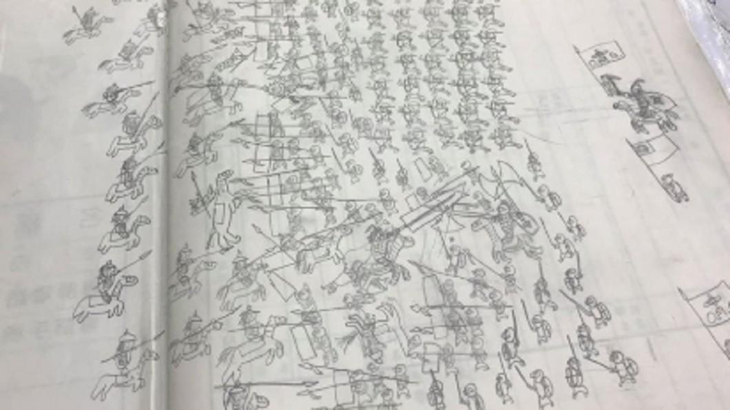 圖/翻攝臉書爆廢公社 聯絡簿藏「兩軍交戰圖」 網揪亮點:有人想落跑