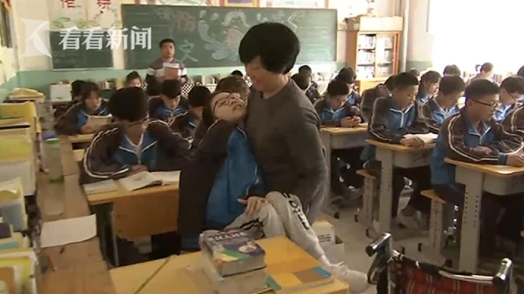 圖/翻攝看看新聞 患漸凍症「活不過3歲」 奶奶背她讀到學霸:我當她腿