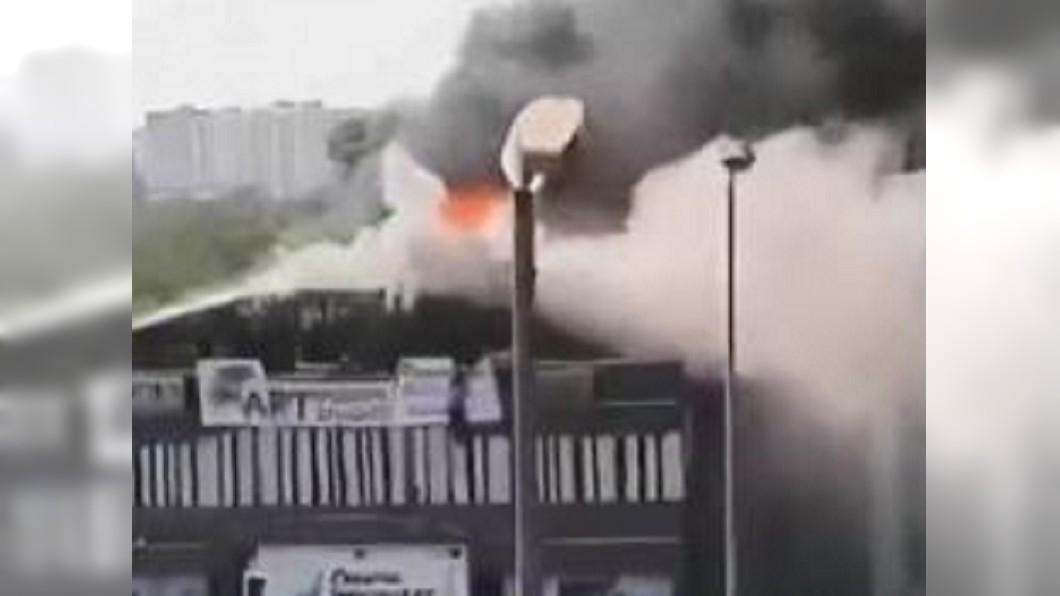 圖/翻攝自地瓜熊老六微博 印度補習班大火 學生跳樓驚悚逃生19人喪命