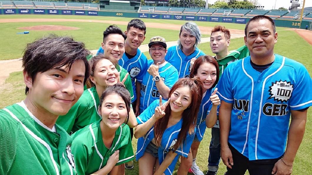 陳金峰(右1)與戴培峰(藍衣最左)與該集節目來賓、主持人合影。圖/翻攝孫協志Tony Sun臉書