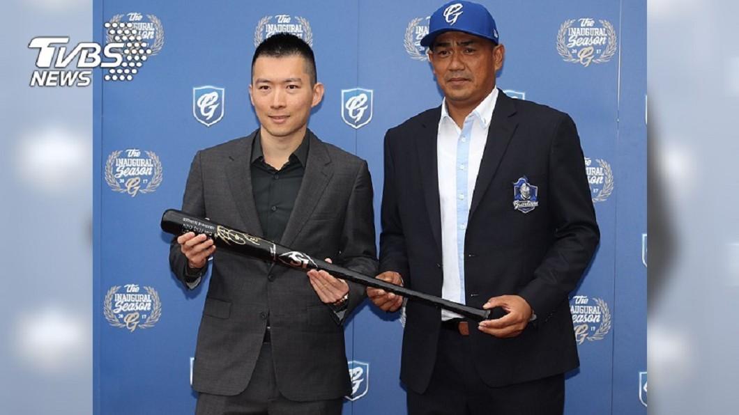 陳金鋒(右)於2016年卸下球員身分,隔年3月出任富邦悍將副領隊。圖/中央社