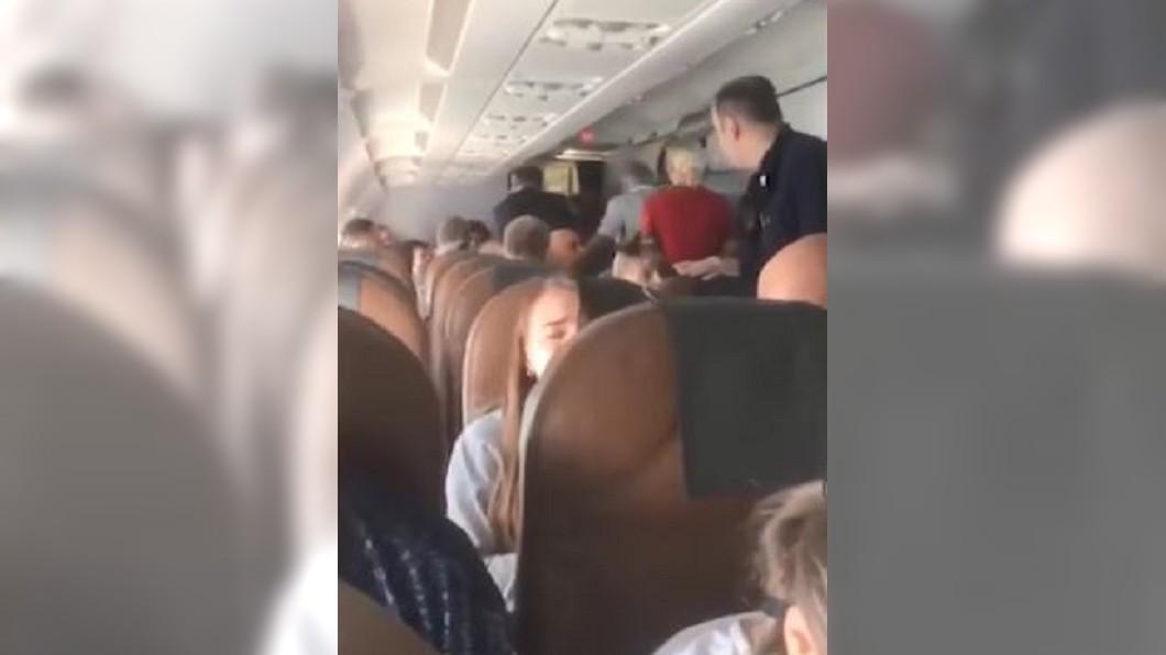 圖/翻攝自Mirror 男乘客搭機激動毆人!遭制伏後心臟病發亡