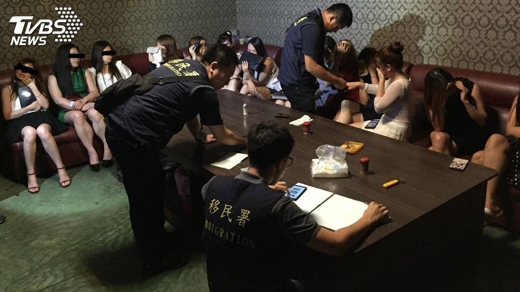 台南市專勤隊當場一共查獲15名越南籍女子在小吃店陪酒坐檯。(圖/TVBS)