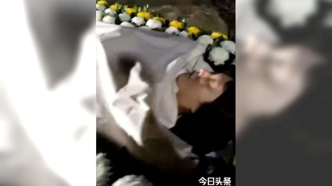 劉樂妍轉發影片,笑稱滿意這個姿勢。圖/翻攝劉樂妍臉書