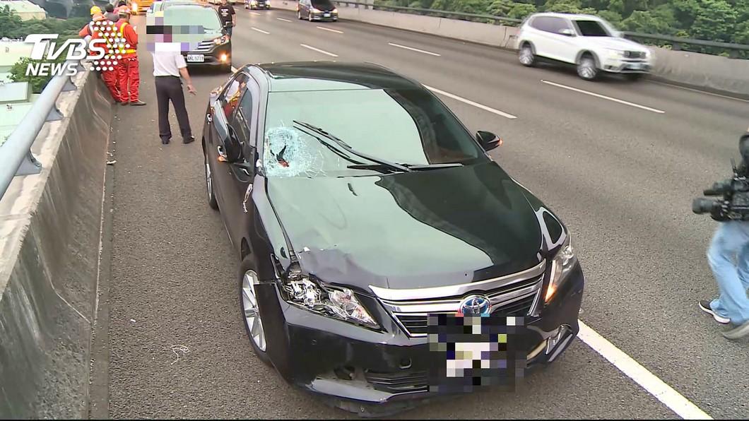 黑色豐田轎車直接撞上站在中線車道攔車的柯男。圖/TVBS