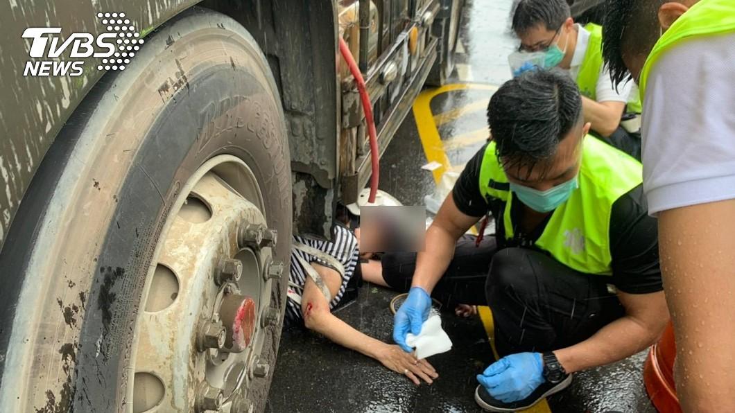 圖/TVBS 女騎士擦撞遭捲砂石車底 機車秒成廢鐵