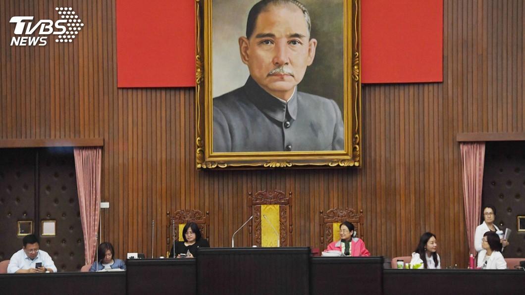 立法院主席台。(圖/中央社) 立院明召開談話會 20藍委突襲闖議場占據主席台