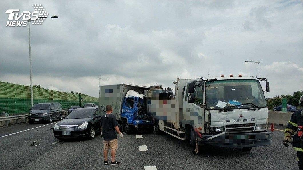 萬安演習結束後才7分鐘,國道二號西向車道發生3車追撞的車禍意外。(圖/TVBS) 萬安演習解除7分鐘…國道3車追撞 貨車頭變形夾死駕駛