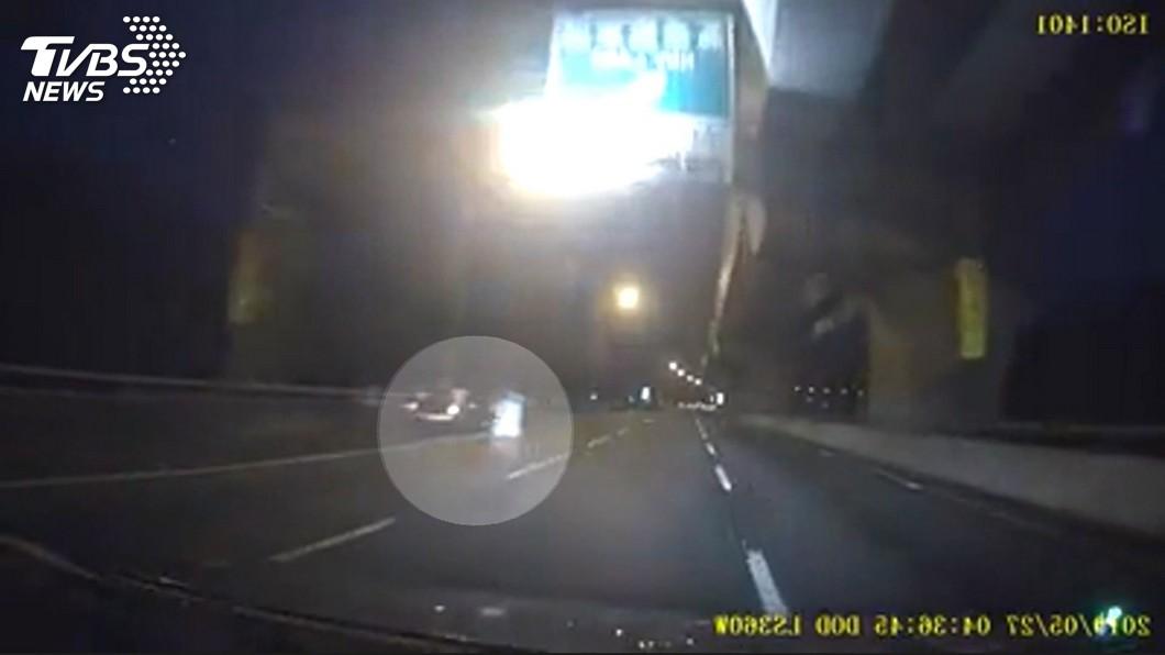 圖/TVBS 車沒油!男國道上攔車求救 遭撞飛、輾斃