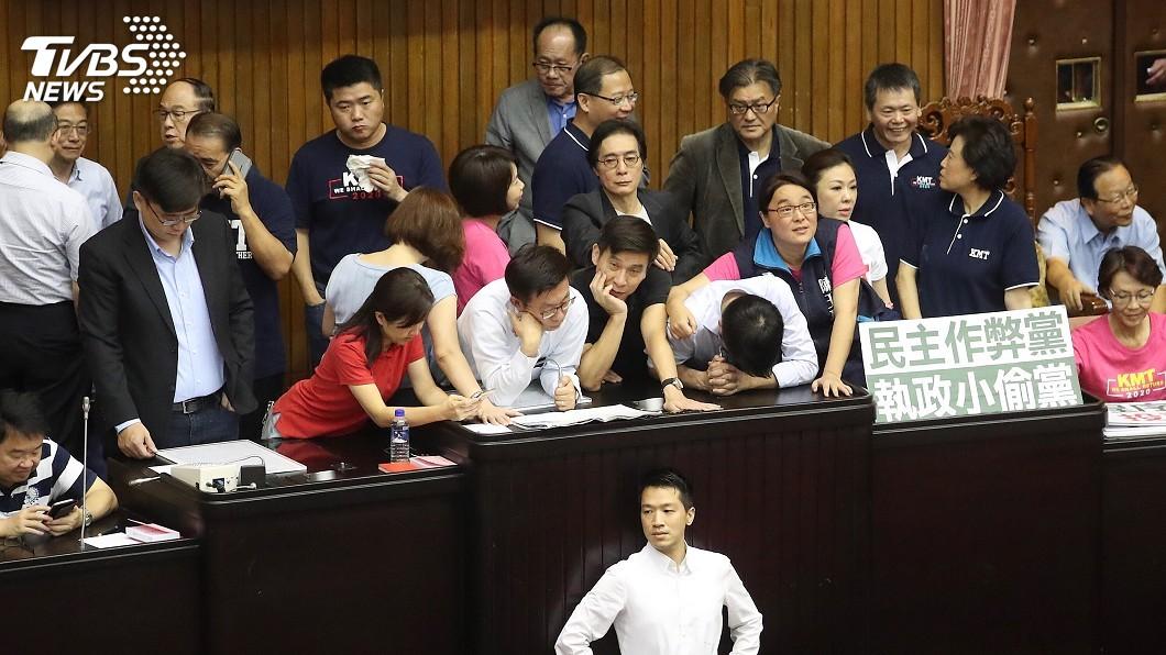 圖/中央社 藍委搶奪投票櫃 立法院議事人員掛彩