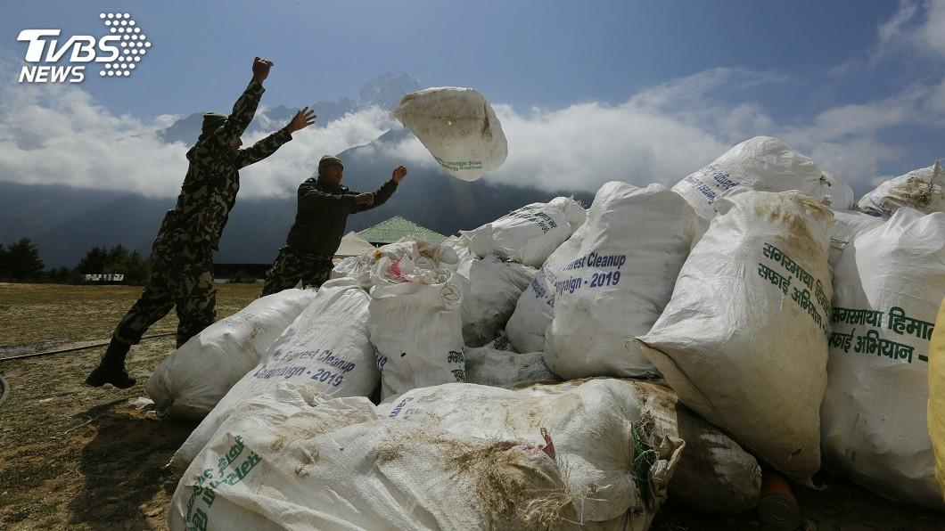 圖/達志影像美聯社 尼泊爾清理聖母峰 找出4具屍體和10公噸垃圾
