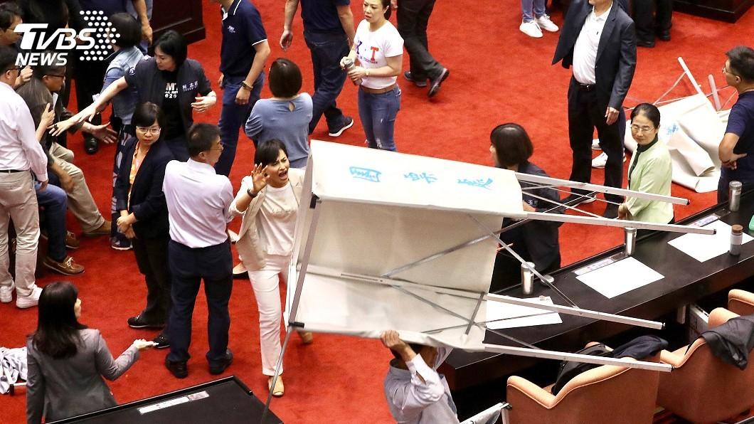 圖/中央社 藍綠立委推擠 蘇嘉全混亂中宣布開始投票