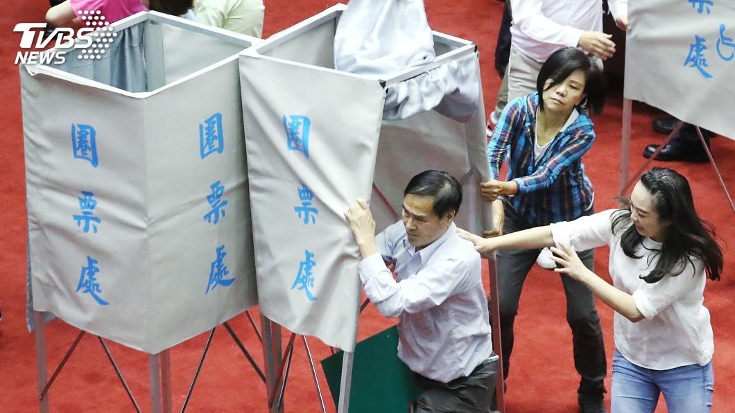 圖/中央社 中選會人事同意權投票中 藍綠爆發多波推擠