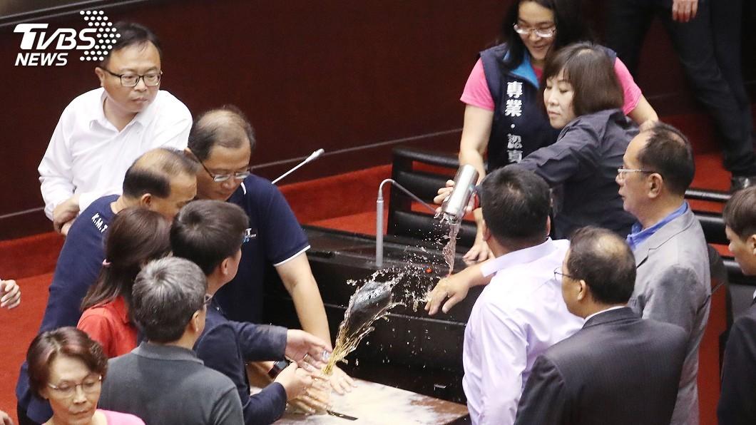 圖/中央社 立委推擠丟水球 混亂中通過李進勇任中選會主委