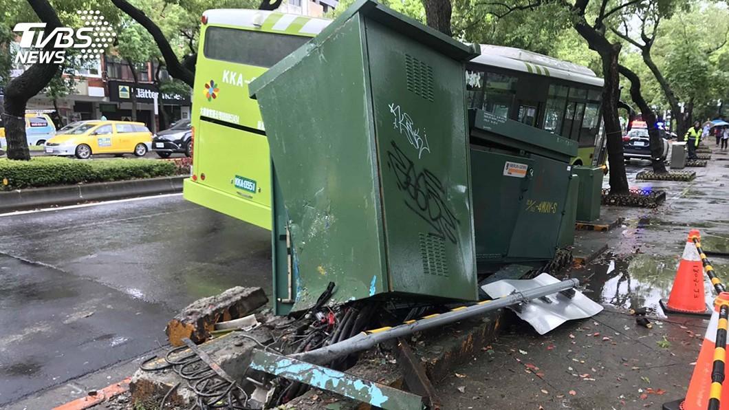 圖/中央社 北市公車撞變電箱 台電:搶修後817戶已正常供電