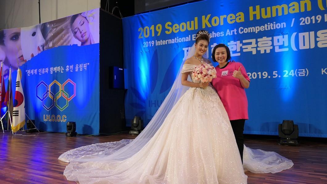 葉璨綿參加韓國首爾I.B.H.U奧林匹克大賽,師徒連手勇奪金牌,模特兒為星之國際藝人顏曉筠。 獎不停!2個月奪8面國際賽事獎牌 葉璨綿好會妝