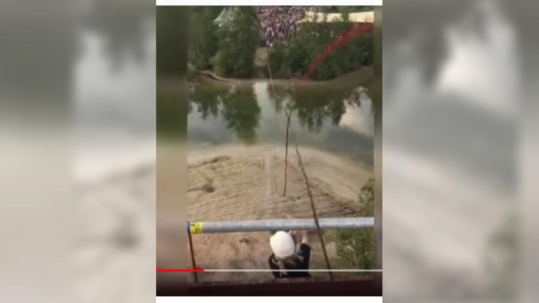 空中滑索繩索扣環鬆脫,導致女子高處墜落。圖/截自Yuki KDN的YouTube影片 空中滑索慘變「自由落體」 扣環鬆脫女子從6米高狠摔