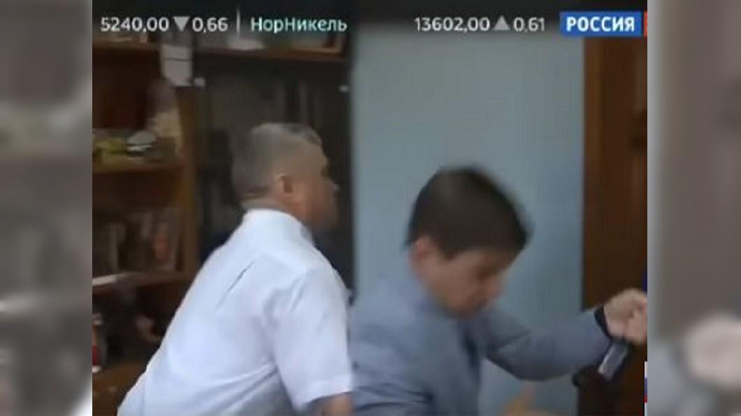 圖/翻攝自YouTube  Россия 24 果真戰鬥民族! 俄官員被問貪汙抓狂怒摔記者