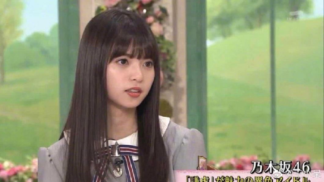 日本女團乃木坂46的人氣成員齋藤飛鳥,她被封為是日本臉最小的女偶像。(圖/翻攝自微博) 「神之美少女」戴口罩 竟然變這樣全場驚呆