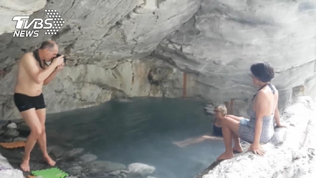 文山野溪溫泉雖已封閉,但仍有許多遊客無視告示前往泡湯。圖/TVBS