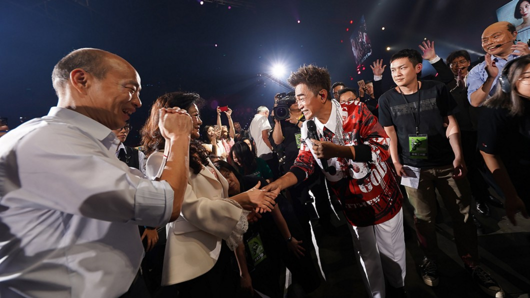 憲哥日前在高雄演唱會上與韓國瑜市長相見歡。(圖/華貴娛樂提供) 15年前為大咖站台被封殺!吳宗憲「拒沾政治」內幕曝光