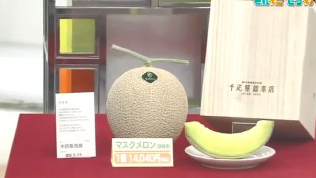 圖/翻攝自NHK 推特 買哈密瓜附保證書 看日百年水果店行銷術