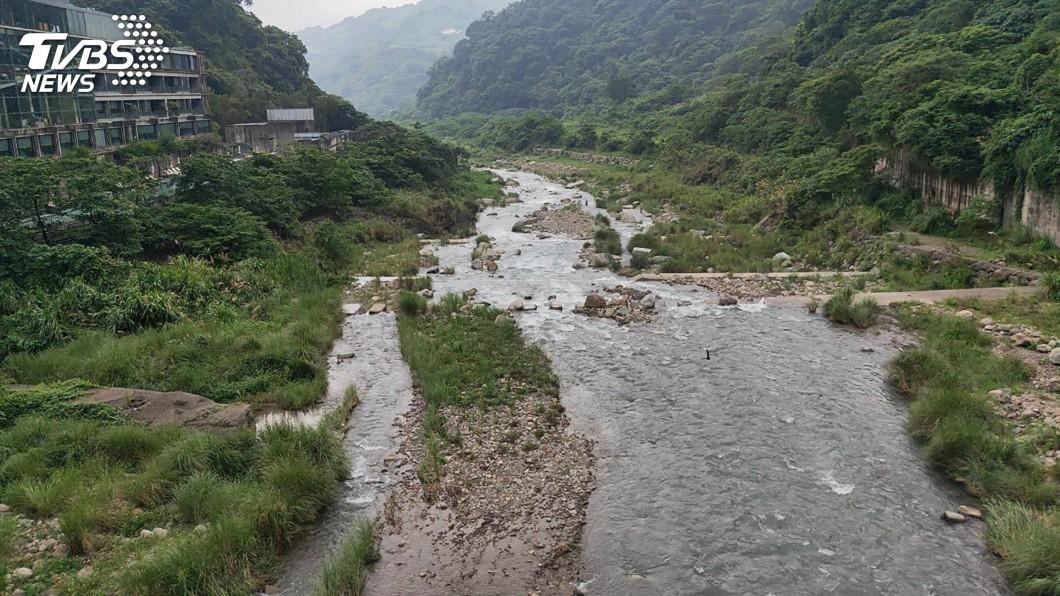 圖/中央社 攔沙壩垂釣滑落溪中 男子獲救無意識送醫搶救
