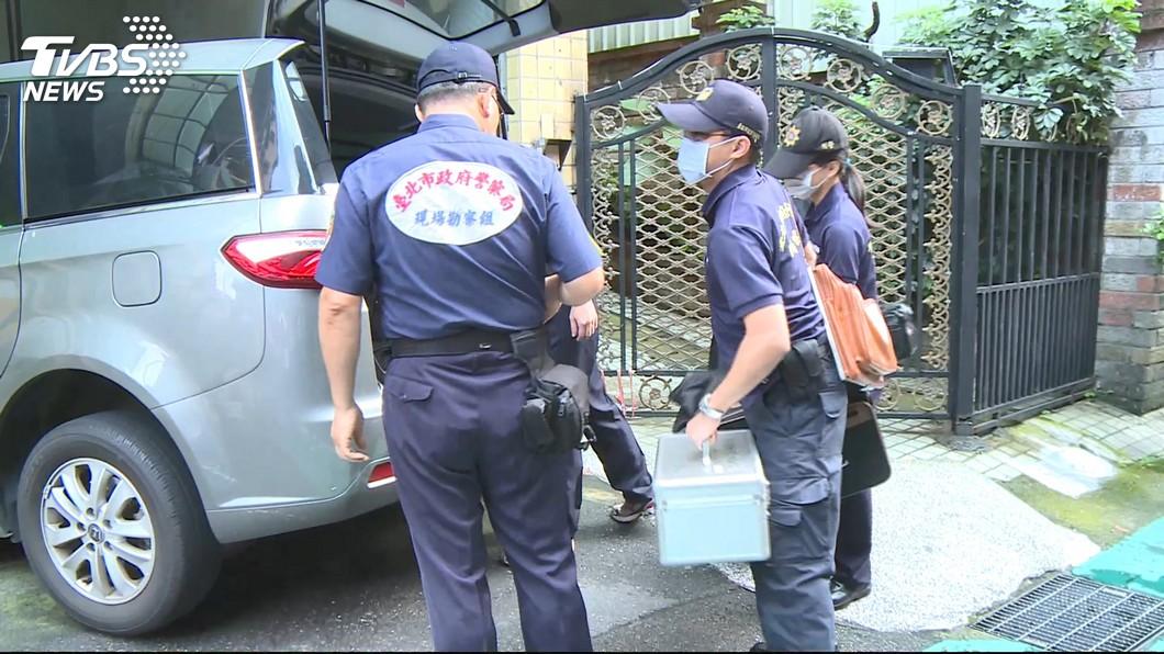 警方獲報抵達現場。圖/TVBS 歸綏街雙屍命案「頸部有勒痕」 女兒働:才幫媽擦藥