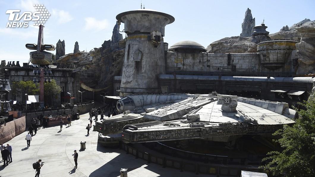 圖/達志影像美聯社 開「千年鷹號」喝「藍牛奶」 迪士尼星戰樂園開幕