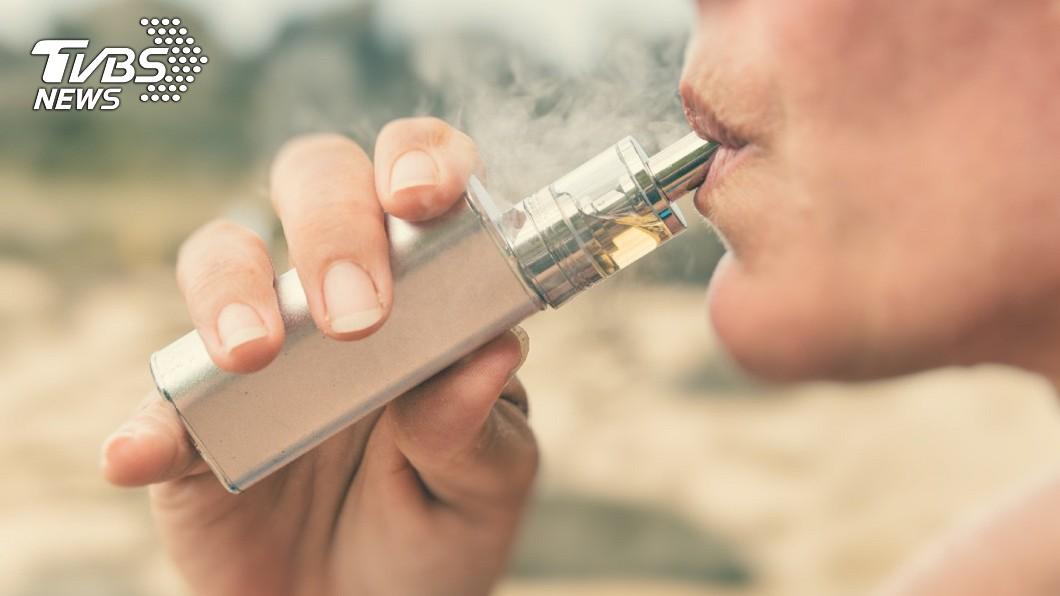 電子菸被稱作是「戒菸幫手」,實際上卻含有許多危害。示意圖/TVBS 沒比較健康!電子菸危害更大 上癮難戒恐致「爆米花肺」