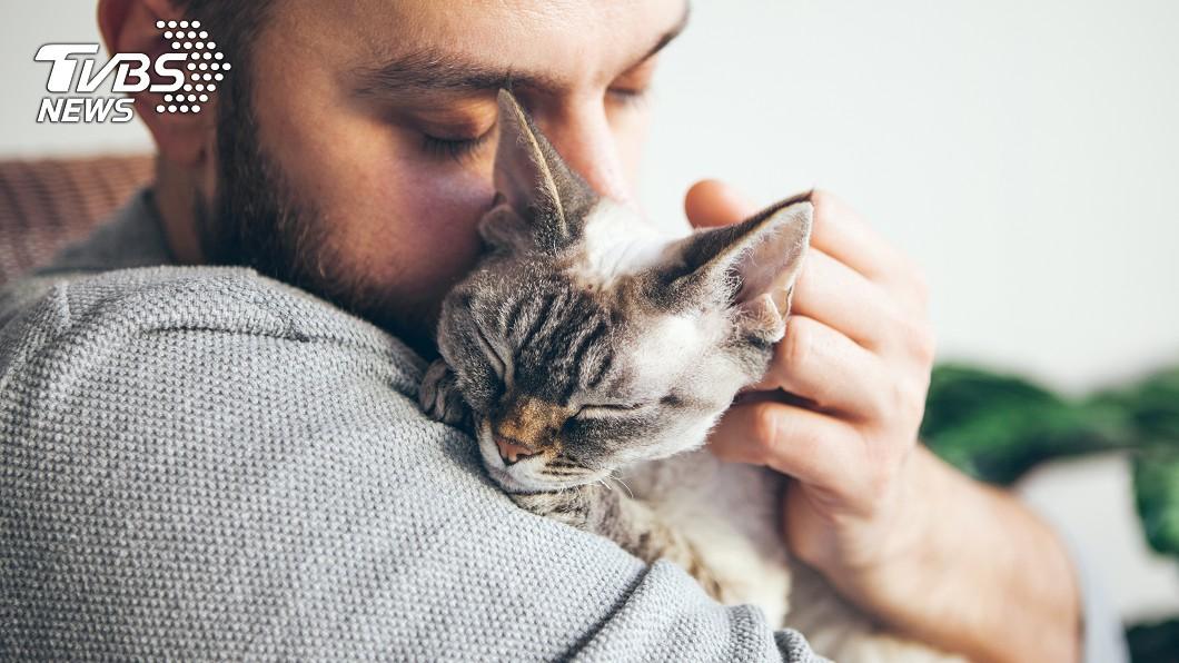 許多主人都很喜歡抓著寵物「狂吸」。示意圖/TVBS 寵物體味「這成分」可防癌?真相其實是...
