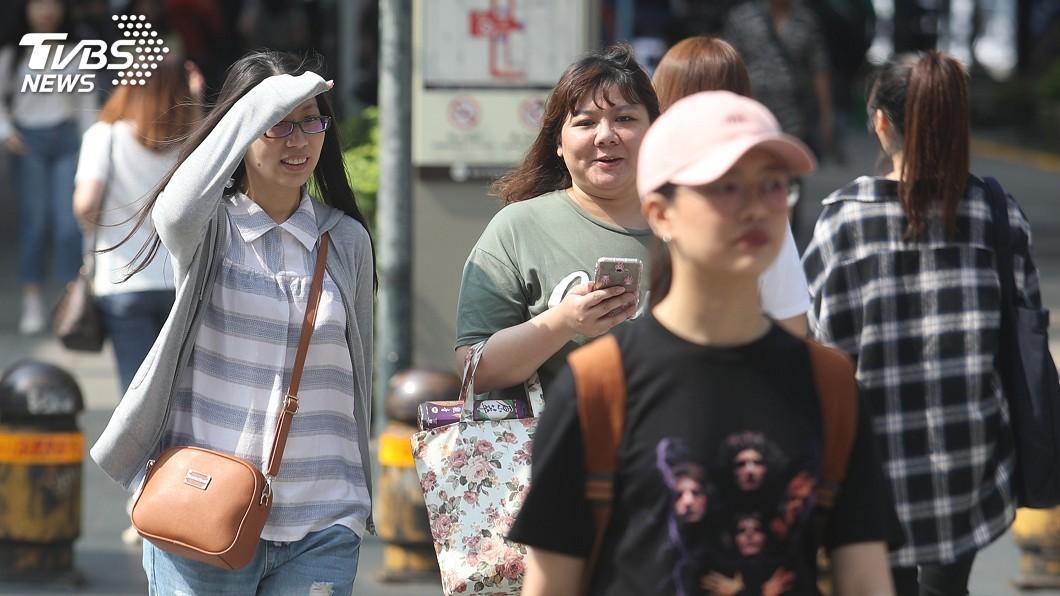 圖/中央社 真的好熱!9縣市高溫警訊 防36度以上高溫