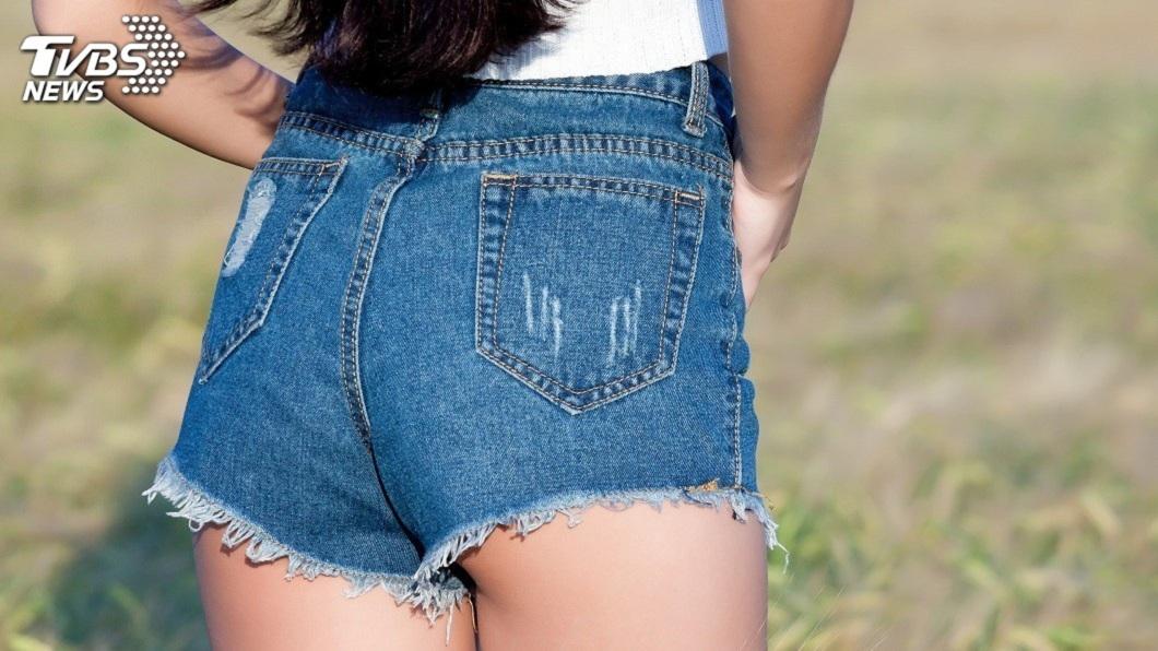 夏天到了,不少女性喜歡穿短褲或短裙出門。(示意圖/TVBS) 刷破牛仔褲送洗…妹子穿去上班 如廁才發現蜜臀被看光