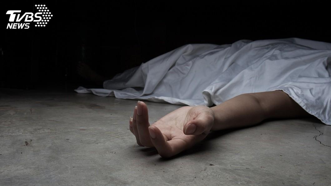 一名上大夜班的男子日前下班返家後進入房間休息,過了一天未見人影,父破門而入發現兒子已經猝死倒地。(示意圖/TVBS) 上完大夜班回家休息…睡一天沒出房門 父破門驚見兒暴斃