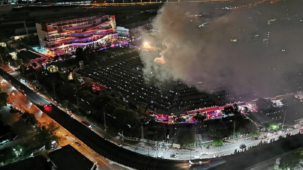 圖/翻攝自JS100 Radio臉書 曼谷假日市集「洽圖洽」大火 燒掉30店鋪