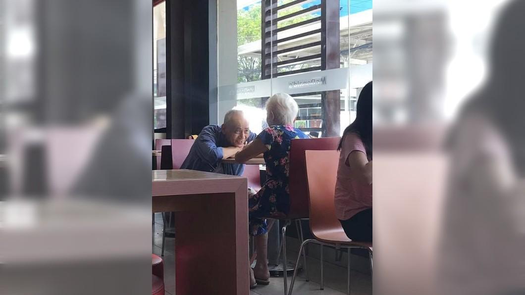 有網友在速食店捕捉到這對老夫妻的甜蜜舉動,網友們都稱羨不已。(圖/翻攝自臉書) 白髮夫妻速食店約會…夫趴桌深情凝望妻 網羨:真愛無誤