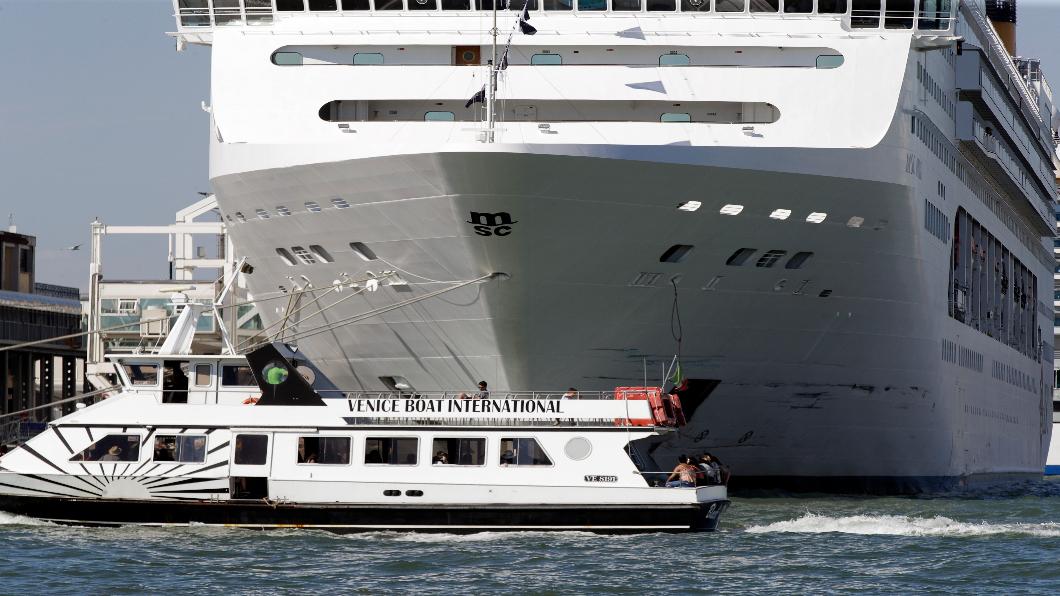 圖/達志影像美聯社 威尼斯驚悚撞船瞬間!郵輪撞爛觀光船尾