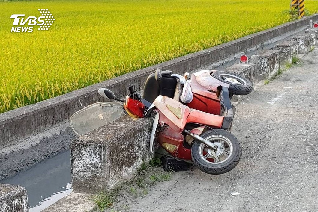 圖/TVBS 快訊/騎車擦撞路邊石塊 男子意外墜溝溺斃