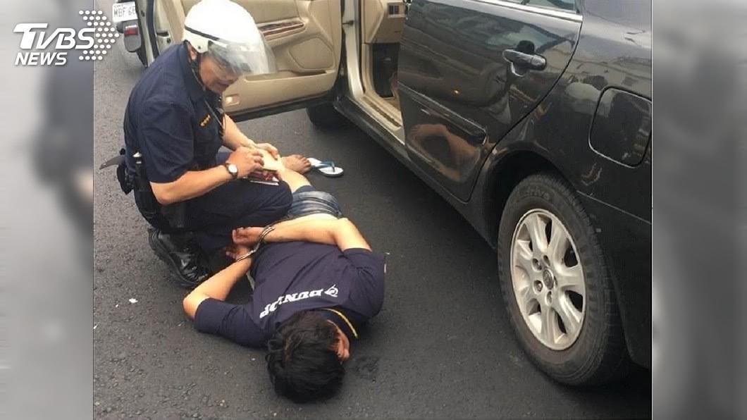 警方循線逮捕弒父的胡姓男子。(圖/TVBS) 逆子弒父20多刀 伴屍3天棄溪中放水流