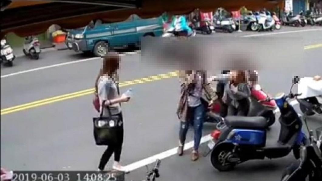 圖/翻攝自 彰化踢爆網 臉書 機車色狼伸脖試圖強吻 3女嚇到驚慌失措