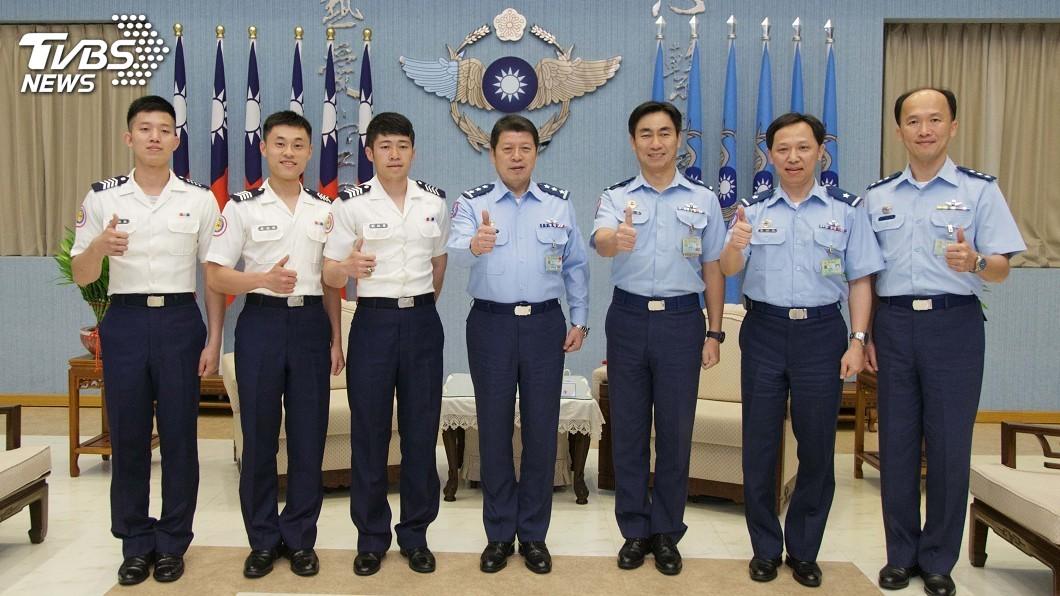 圖/中央社 劉欣學畢典揮國旗讓世界看見台灣 空軍司令接見