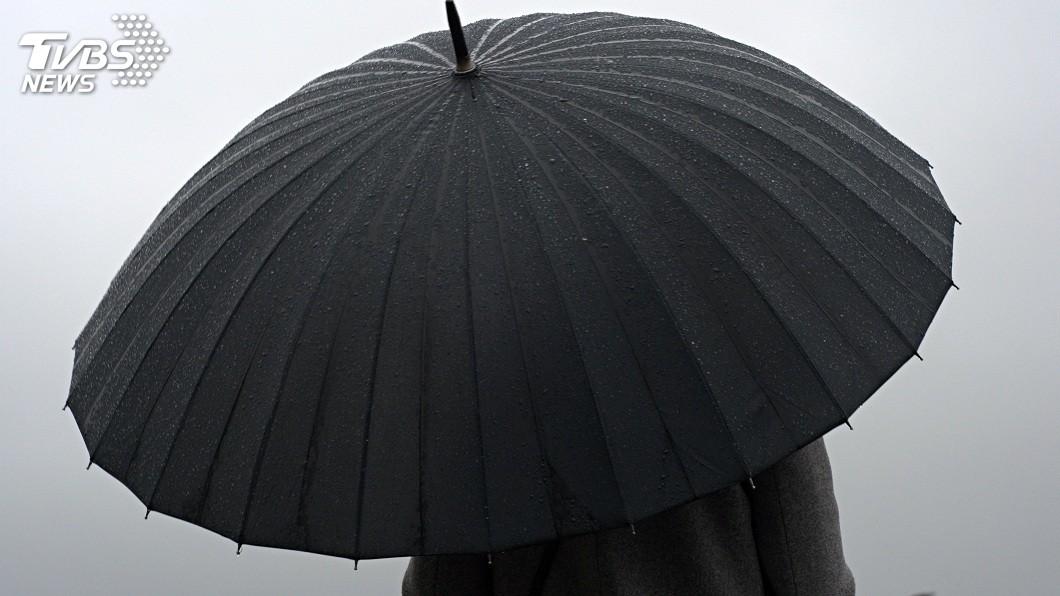 女網友分享她夢到自己阿嬤臨終前,撐著黑色的傘離開。(示意圖/TVBS) 孫女夢見阿嬤臨終…阿公來接人走 她追上被兇:不准跟